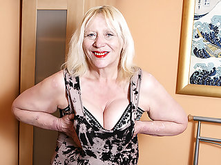 Raunchy British Housewife Playing With Her Puristic Seize - MatureNL